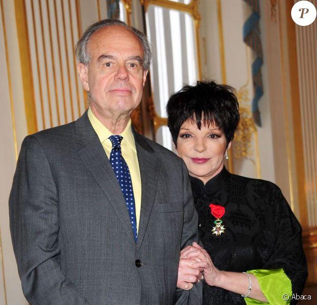 Liza Minnelli élevée par Frédéric Mitterrand au rang d'officier dans l'ordre de la Légion d'honneur. Ministère de la Culture, Paris, le 11 juillet 2011