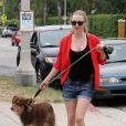 Amanda Seyfried dans les rues de Venice Beach avec son chien, à Los Angeles, le 11 juillet 2011.