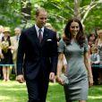 Kate Middleton rayonne en Catherine Walker, perchée sur des escarpins à bout pointu Tabitha Simmons. Une princesse au style chic mais tendance