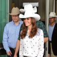 Kate Middleton la joue décontractée avec son chapeau de rodéo, son jean droit et sa blouse ethnique