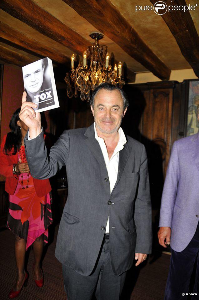 Marc Rioufol lors de la vente aux enchères au profit de l'association Plan France à Paris le 28 avril 2011