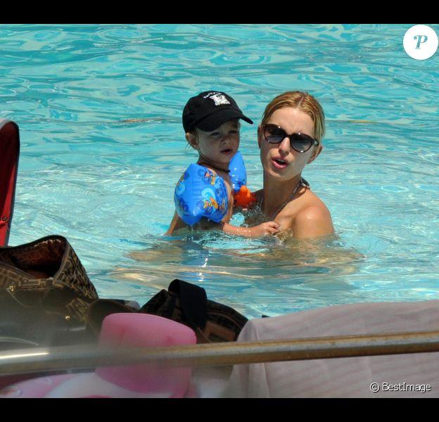 Karolina Kurkova avec son fiancé Archie Drury et leur fille Tobin, à Ischia le 10 juillet 2011