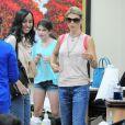 Lori Loughlin avec ses filles Isabella et Olivia lors d'une sortie shopping le 19 juillet 2011 à Beverly Hills