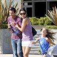 Courteney Cox, sa fille Coco, cheveux au vent, et un ami se promènent dans les rues de Los Angeles, le 29 juillet 2011.