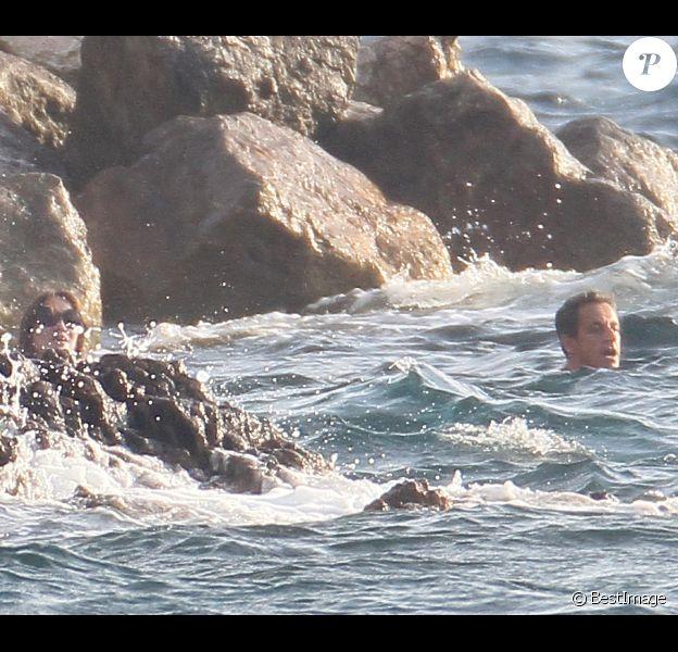 Nicolas Sarkozy et son épouse Carla Bruni-Sarkozy, actuellement enceinte, lors de leurs vacances à Brégançon, le 16 juillet 2011.