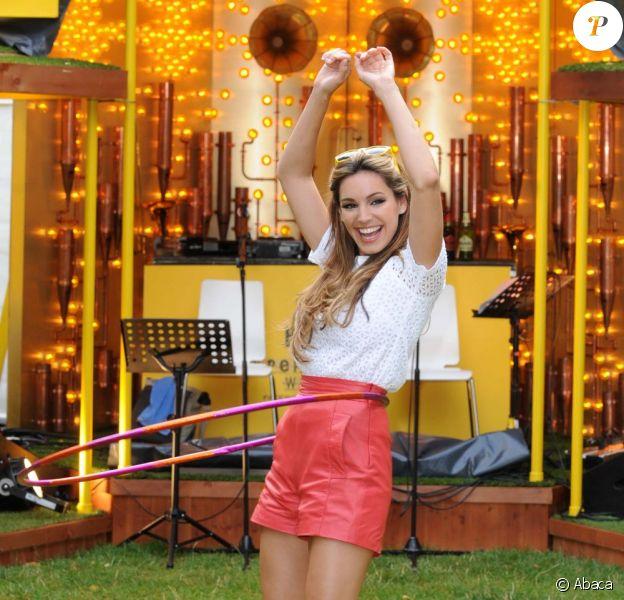 Kelly Brook ouvre, avec un déhanché inoubliable, un festival de musique londonnien dans le parc Bulmers Cider Garden, le 4 août 2011