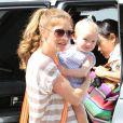 Rebecca Gayheart et sa petite Billie rendent visite à une connaissance, à Hollywood, le 6 août 2011.