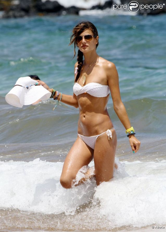 Alessandra Ambrosio à la plage à Honolulu le 12 août 2011