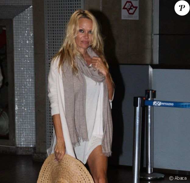Pamela Anderson, son chéri Jon Rose, et ses fils à l'aéroport de Sao Paulo, le 28 juillet 2011
