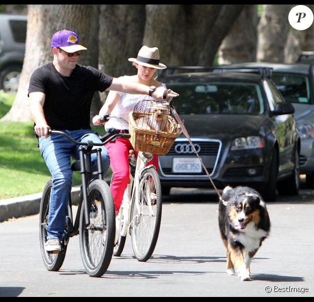 Hilary Duff et son mari Mike Comrie s'offrent une balade à vélo avec leurs chiens, à Toluka Lake, vendredi 12 août 2011.
