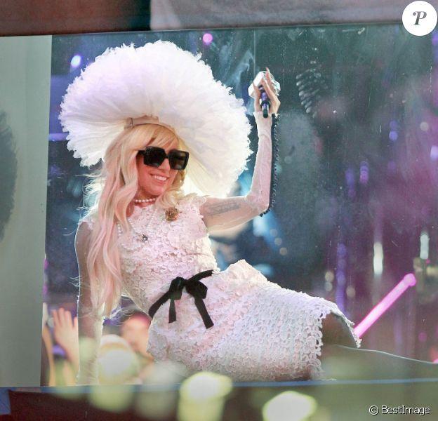 Lady Gaga salue le public alors qu'elle se trouve dans les studios de la chaîne MTV à New York le 18 août 2011