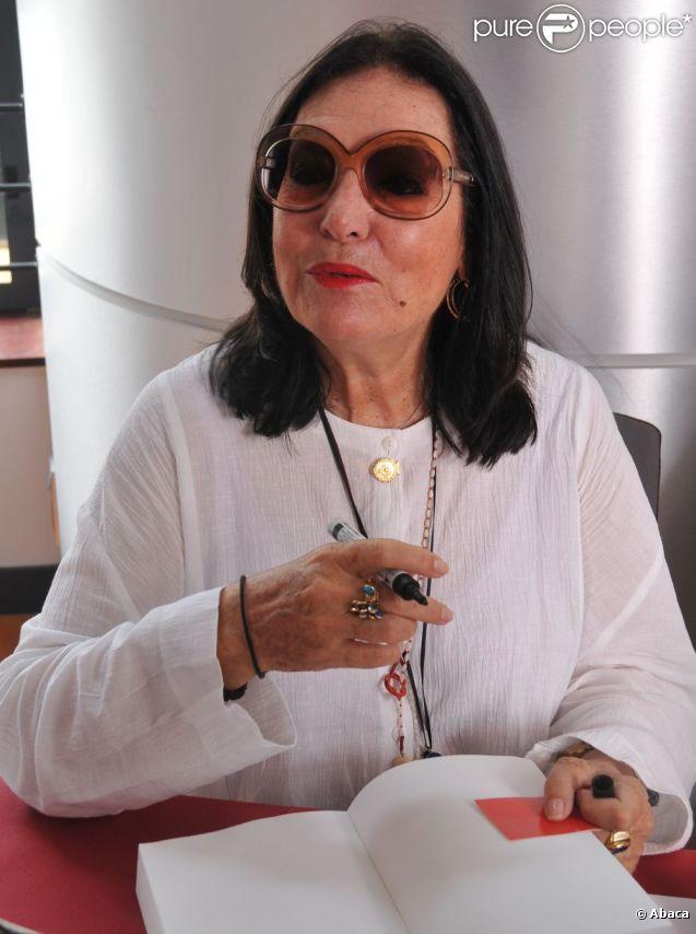 Nana Mouskouri signe des autographes sur son autobiographie à Narbonne le 26 août 2011