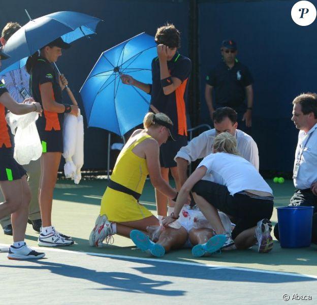 Soigneurs et ramasseurs de balles se sont précipités pour porter secours à la jeune Jamie Hampton, bien aidés par Elena Baltacha, son adversaire du jour à l'US Open 2011