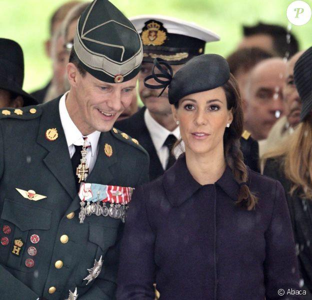 La princesse Marie, qui a abandonné son uniforme de la veille pour mouler sa grossesse dans un manteau violet, avec le prince Joachim pour rendre hommage aux soldats disparus. La famille royale danoise était rassemblée à la citadelle (Kastellet) de Copenhague, lundi 5 septembre 2011, pour un hommage aux soldats danois tombés au champ d'honneur en oeuvrant pour la paix au sine de l'ONU ou de l'OTAN.
