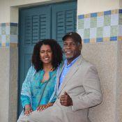 Danny Glover, élégant et fier, déclare son amour passionné à sa femme