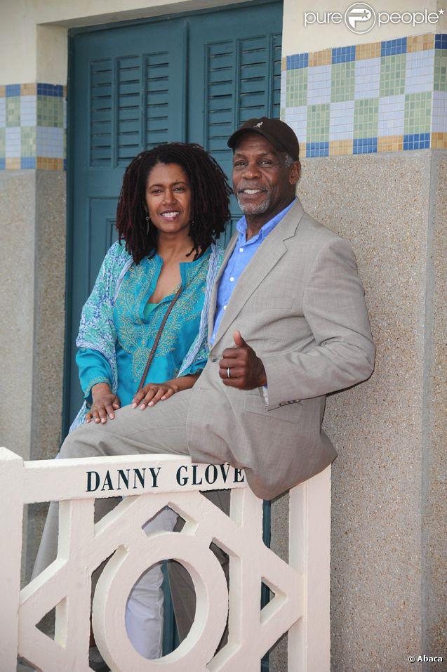 Danny Glover, avec sa bien aimée Eliane, inaugure la cabine de plage à son nom sur les planches, lors du festival de Deauville le 7 septembre 2011