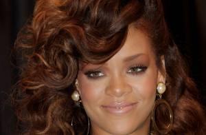Rihanna fait des étincelles en blonde sexy pour Armani