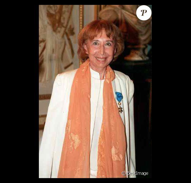 Cora Vaucaire recevant la Légion d'honneur à Paris en 1998