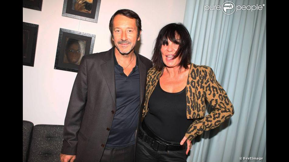 jean hugues anglade f licite l 39 artiste lors du vernissage de l 39 exposition de france compagne. Black Bedroom Furniture Sets. Home Design Ideas