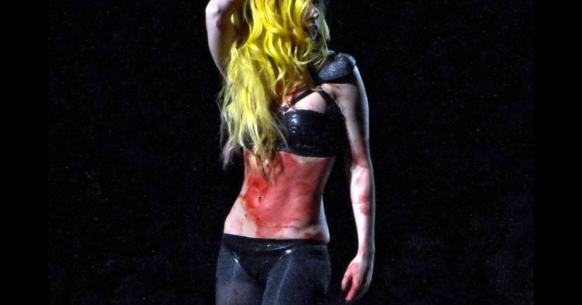 Trash jusque dans ses performances lady gaga aime galement jouer avec du faux sang et simuler - Fabriquer du faux sang ...