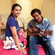 Adeline Blondieau et sa petite Wilona, entourées du papa Laurent Hubert à la guitare, à la clinique Sainte Isabelle, le jeudi 1er septembre 2011. Wilona avait alors 2 jours.