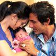 Pause câlin entre Adeline Blondieau et sa petite Wilona, entourées du papa Laurent Hubert à la clinique Sainte Isabelle, le jeudi 1er septembre 2011. Wilona avait alors 2 jours.