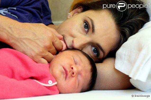 Adeline Blondieau et sa petite Wilona partagent un moment privilégié, à la clinique Sainte Isabelle, le jeudi 1er septembre 2011. Wilona avait alors 2 jours.