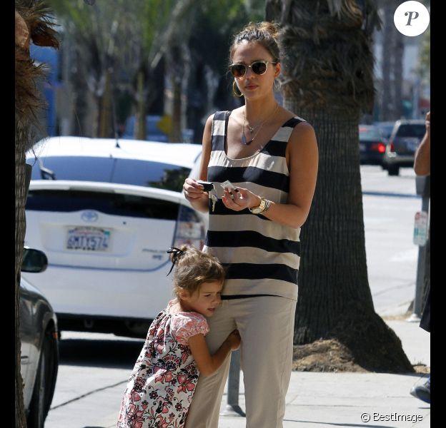 Jessica Alba et sa fille Honor lors d'une balade à Los Angeles le 03 octobre 2011