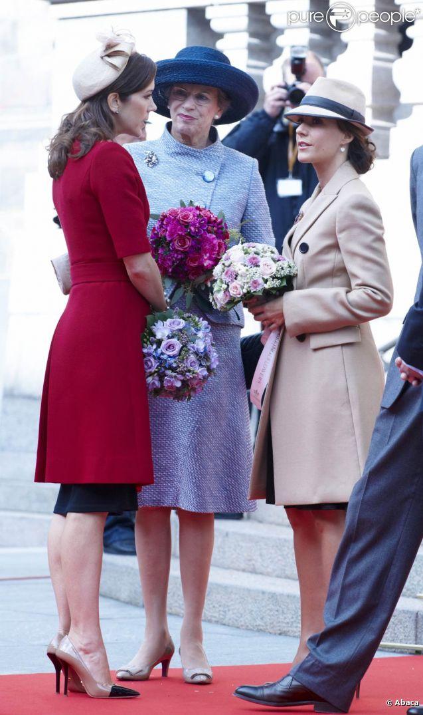 La famille royale danoise, ici les princesses Mary et Marie avec la princesse Benedikte, était rassemblée mardi 4 octobre 2011 pour l'ouverture de la session du Parlement qui a vu Helle Thorning-Schmidt prendre ses fonctions de Premier ministre.
