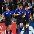 Maxime Médard vient d'offrir le second essai à son équipe.   Le XV de France a su se transcender et retrouver les valeurs du combat pour dominer (19-12) le XV de la Rose le 8 octobre 2011 et accéder aux demi-finales du Mondial de rugby 2011.