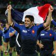 Dimitri Yachvili fait flotter le drapeau tricolore lors du tour d'honneur à l'Eden Park.   Le XV de France a su se transcender et retrouver les valeurs du combat pour dominer (19-12) le XV de la Rose le 8 octobre 2011 et accéder aux demi-finales du Mondial de rugby 2011.