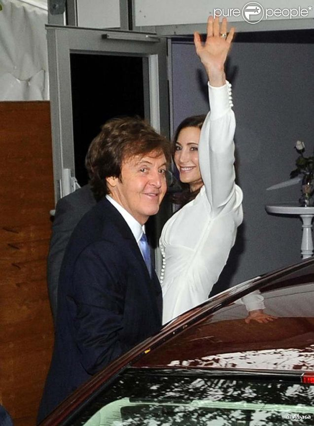Paul McCartney et Nancy Shevell arrivent à St John's Wood au Nord de Londres, le 9 octobre 2011.