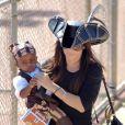 """""""Sandra Bullock accompagne son fils Louis à un goûter d'anniversaire. Los Angeles, 9 octobre 2011"""""""
