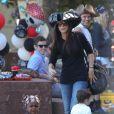 Sandra Bullock accompagne son fils Louis à un goûter d'anniversaire. Los Angeles, 9 octobre 2011