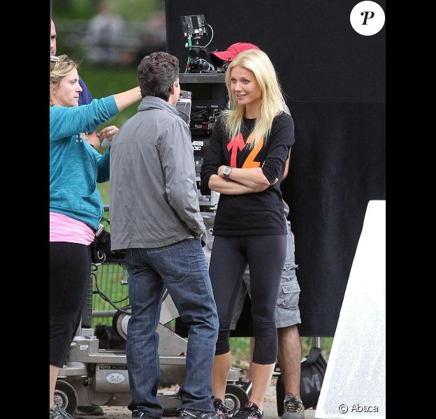 Entre deux prises, Gwyneth Paltrow et Mark Ruffalo discutent sur le tournage de Thanks for sharing à New York le 12 octobre 2011
