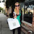 Paris Hilton pratique son sport favori : le shopping. Beverly Hills, le 6 octobre 2011.