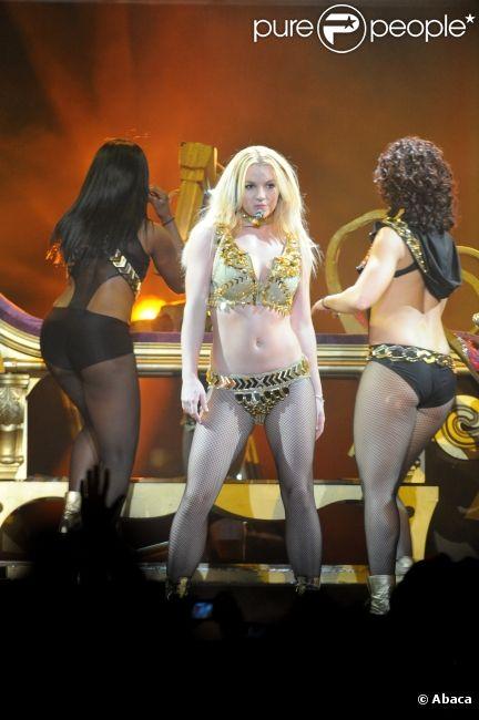 Britney Spears interprète  Boys  à l'Arena de Montpellier, le vendredi 21 octobre 2011.