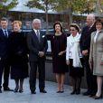 Avant les festivités du soir, les dignitaires scandinaves se sont recueillis à Ground Zero au memorial des attentats du 11 septembre (de g. à dte), à New York le 21 octobre 2011 : la princesse Mary, le prince Frederik, la présidente de la Finlande Tarja Halonen, le roi carl XVI Gustaf et la reine Silvia de Suède, la reine Sonja et le roi Harald V de Norvège, le président islandais Olafur Ragnar Grimsson et son épouse.