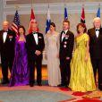 Photo de famille lors du 100e anniversaire de la Fondation Américano-Scandinave, qui a attiré  royaux et chefs d'Etat de Scandinavie à New York, le 21 octobre 2011 : la présidente finlandaise Tarja Halonen, la reine Sonja, le roi Harald, la reine Silvia, le roi Carl XVI Gustaf, la princesse Mary et le prince Frederik, le président islandais et son épouse, la princesse Madeleine.