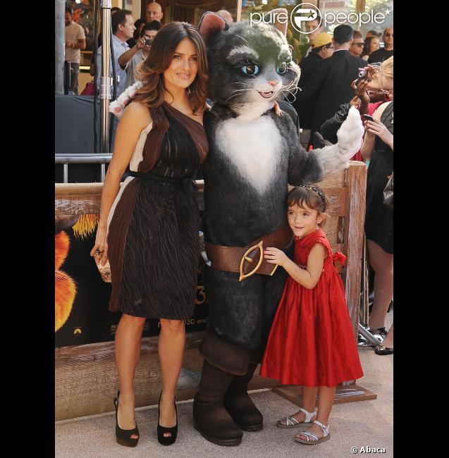 Salma Hayek, sa fille Valentina et un chat géant lors de l'avant-première à Los Angeles du film Le Chat Potté le 23 octobre 2011