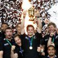 Richie McCaw brandit la coupe Webb Ellis lors de la finale de la Coupe du monde de rugby remportée par les All Blacks le 23 octobre 2011 à l'Eden Park d'Auckland
