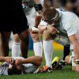 Les joueurs de l'équipe de France abattus lors de la finale de la Coupe du monde de rugby remportée par les All Blacks le 23 octobre 2011 à l'Eden Park d'Auckland