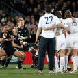 Les Français défient le Haka néozélandais lors de la finale de la Coupe du monde de rugby remportée par les All Blacks le 23 octobre 2011 à l'Eden Park d'Auckland