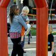 La jolie Mira Sorvino et ses enfants Mattea, 6 ans et Hohnny, 5 ans et Holden, 2 ans au parc à Malibu le 6 octobre 2011