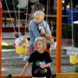 Mira Sorvino câline avec ses enfants Mattea, 6 ans et Hohnny, 5 ans et Holden, 2 ans au parc à Malibu le 6 octobre 2011