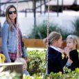 Mira Sorvino et ses enfants sur la balancoire Mattea, 6 ans et Hohnny, 5 ans et Holden, 2 ans au parc à Malibu le 6 octobre 2011