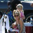 Denise Richards, plus souriante et belle que jamais, donne le biberon à Eloise auprès de Lola devant le match de sa fille aînée Sam à San Fernando Valley le 29 octobre 2011