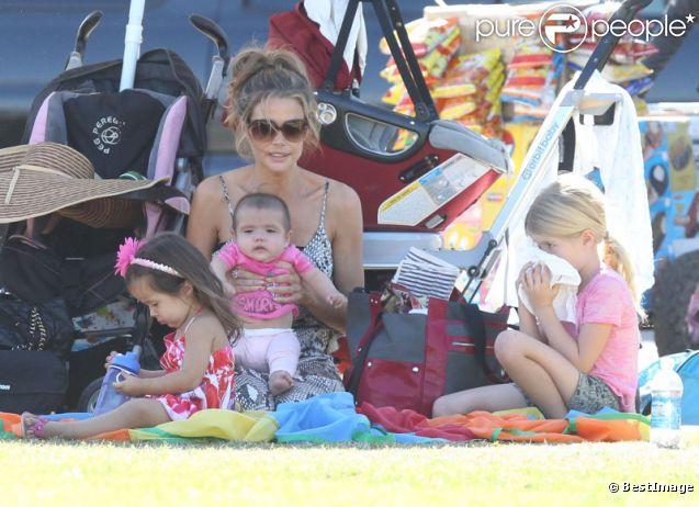Denise Richards : la petite Eloise est très concentrée lorsqu'elle regarde le match de sa soeur aînée Sam en compagnie de sa soeur Lola et de sa maman à San Fernando Valley le 29 octobre 2011
