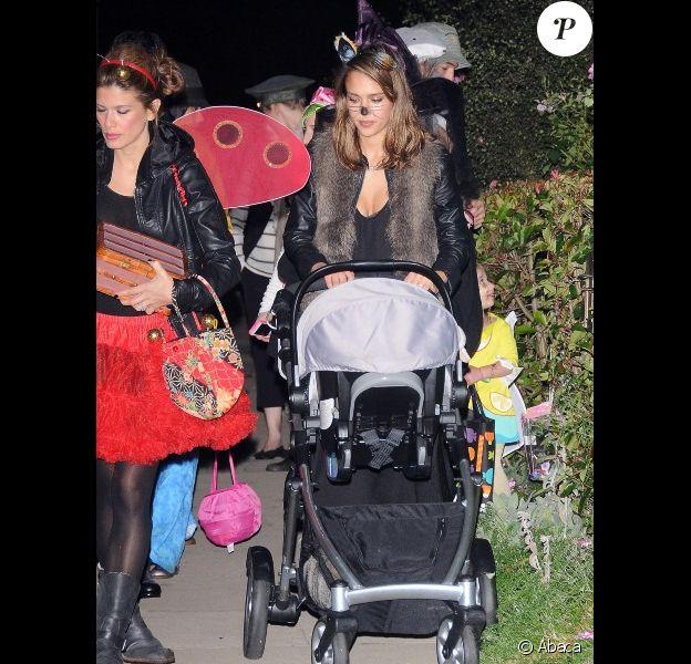 Jessica Alba et toute sa petite famille : son mari Cash Warren, sa petite Honor et sa dernière Haven en poussette ont fêté Halloween, le 31 octobre 2011 à Los Angeles
