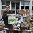 La directeur de la publication Charb devant les locaux incendiés de  Charlie Hebdo , le 2 novembre 2011.